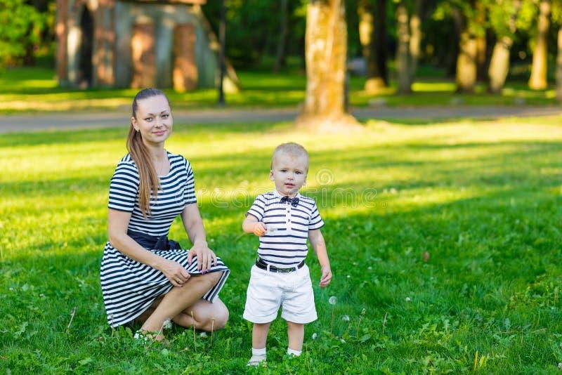 Портрет матери и сына на природе стоковые фото