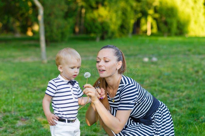 Портрет матери и сына на природе стоковое фото