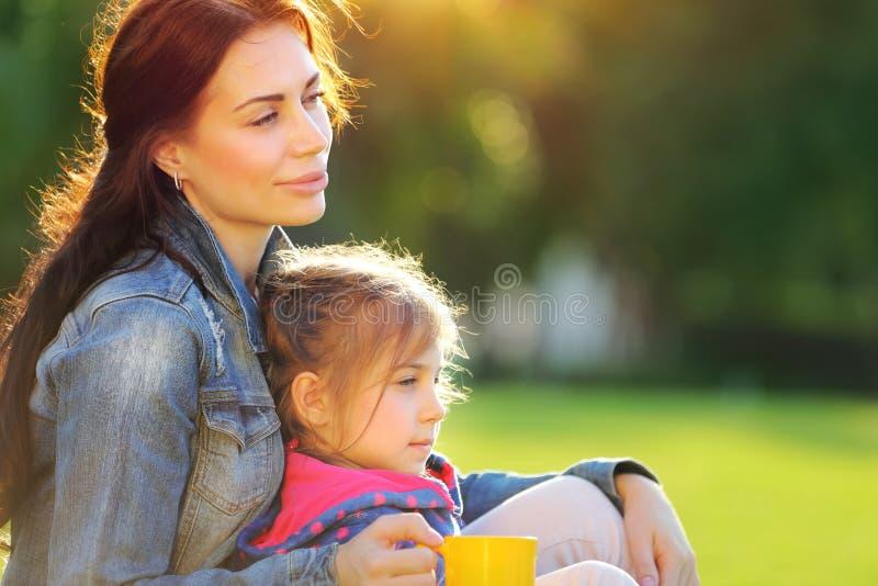 Портрет матери с дочерью стоковое фото