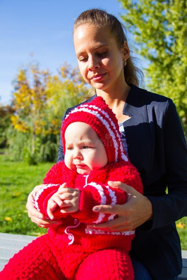 портрет мати ребенка близкий вверх Ребенок сидит на подоле мамы стоковое изображение