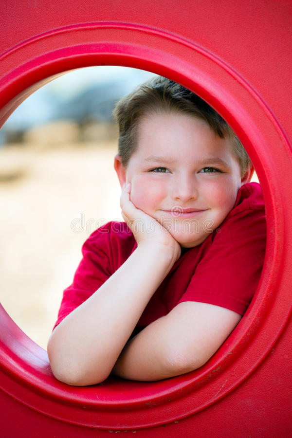 Портрет маленького ребенка на спортивной площадке стоковая фотография rf