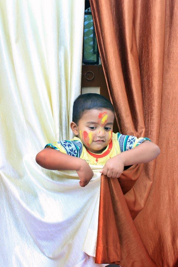 Портрет маленького ребенка на фестивале Holi стоковые изображения