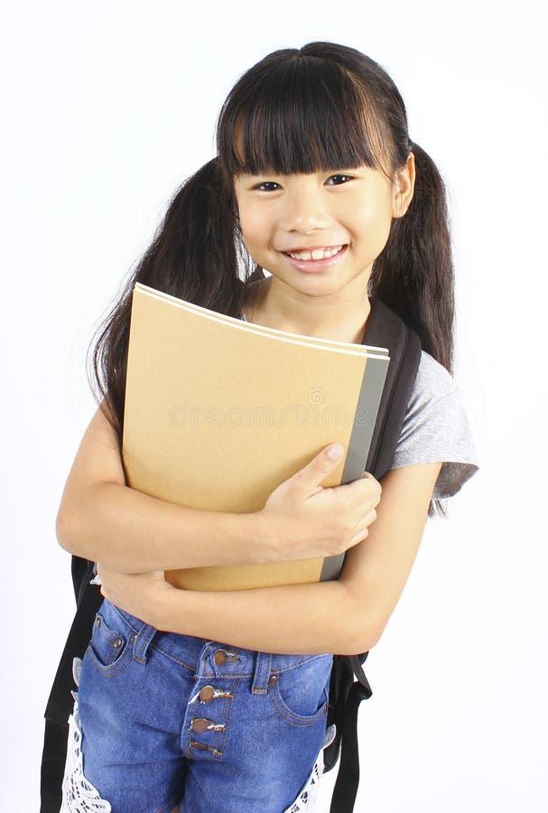 Портрет маленькой азиатской девушки с рюкзаком стоковая фотография