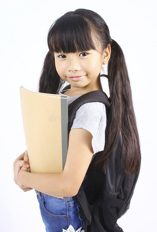Портрет маленькой азиатской девушки с рюкзаком стоковое изображение