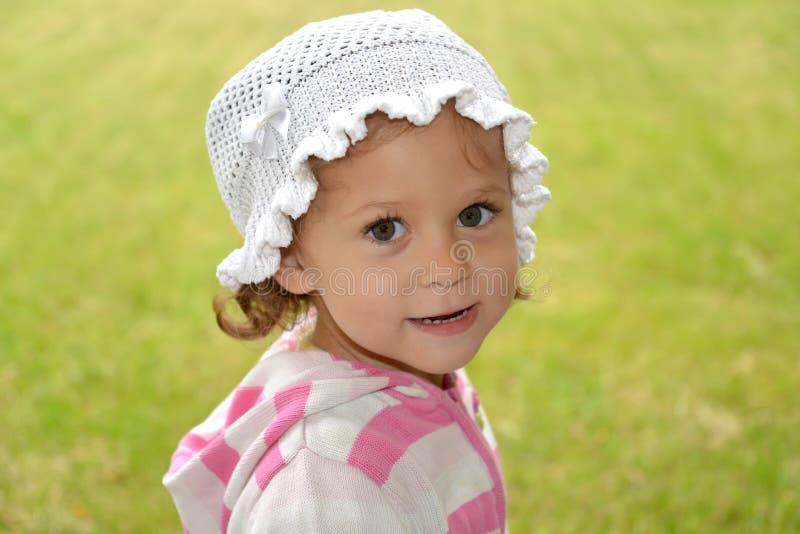 Портрет маленькой девочки в белом жителе Панамы на зеленом b стоковая фотография