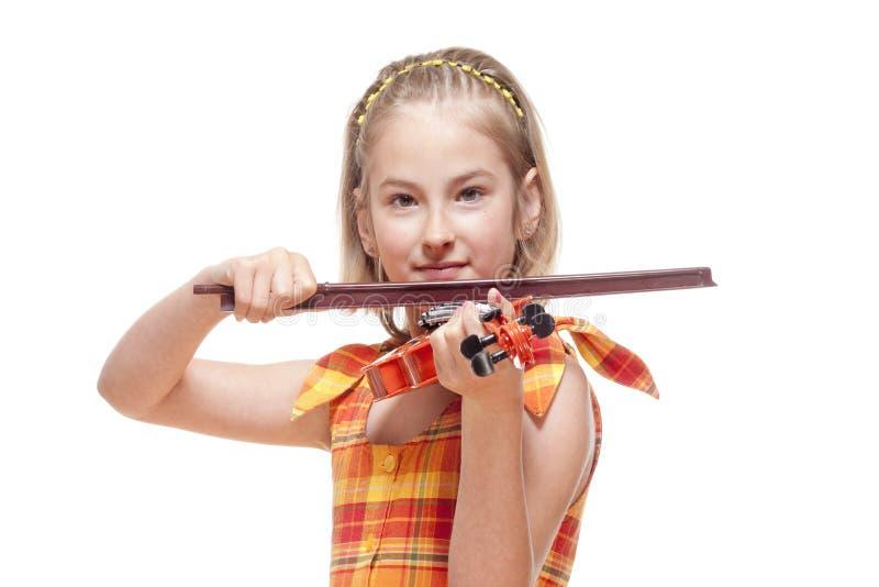Портрет маленькой девочки играя скрипку игрушки стоковое изображение rf
