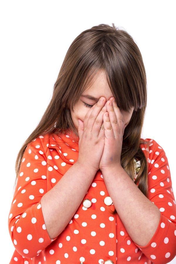 Портрет маленькой девочки покрывая ее сторону с руками стоковые фото