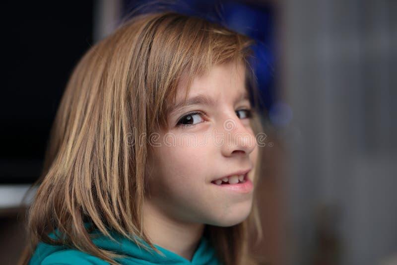 Портрет маленькой девочки смотря крыло камеры стоковая фотография rf