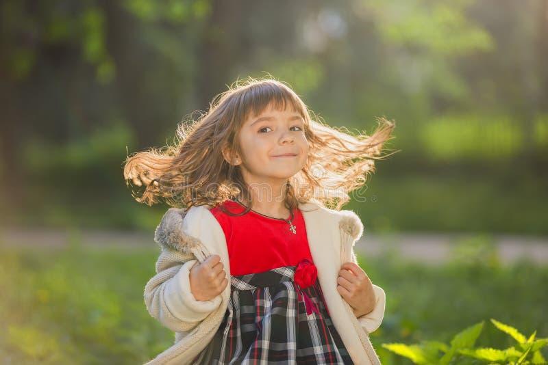 Портрет маленькой девочки с волосами летания на зеленой предпосылке стоковые изображения rf