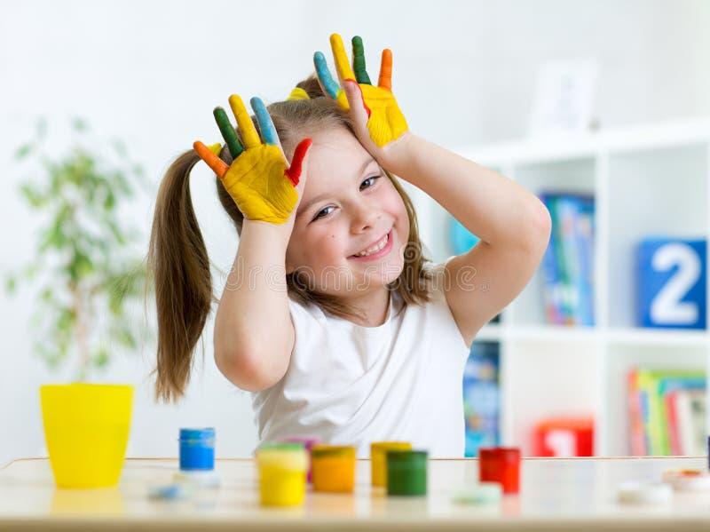 Портрет маленькой девочки с покрашенными ладонями стоковая фотография