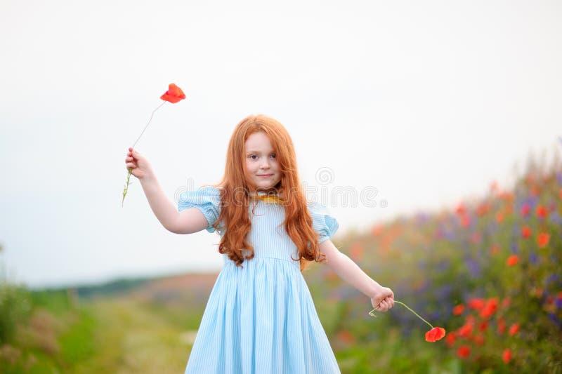 Портрет маленькой девочки redhead outdoors красивый стильный ro стоковые изображения