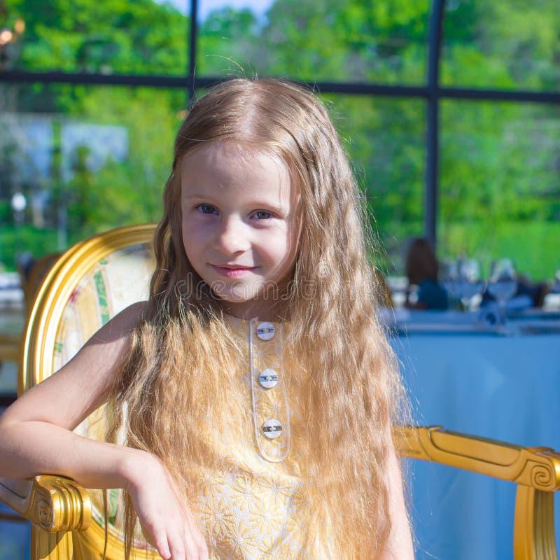 Download Портрет маленькой прелестной очаровательной девушки Стоковое Фото - изображение насчитывающей прелестное, жизнь: 40587094
