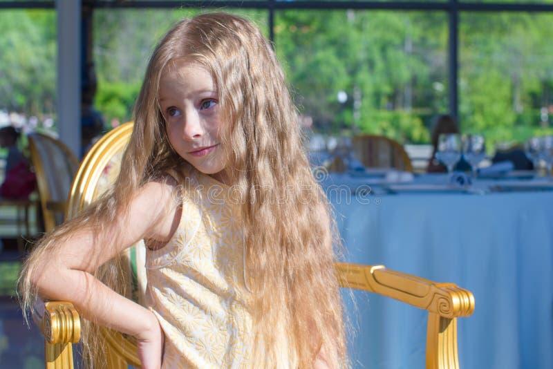 Download Портрет маленькой прелестной очаровательной девушки Стоковое Фото - изображение насчитывающей игра, радостно: 40587126