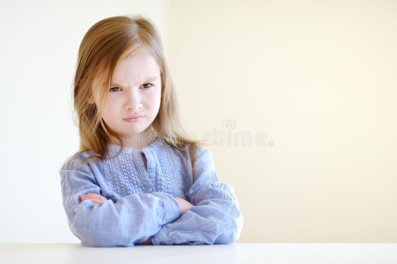 Портрет маленькой сердитой девушки стоковые изображения rf