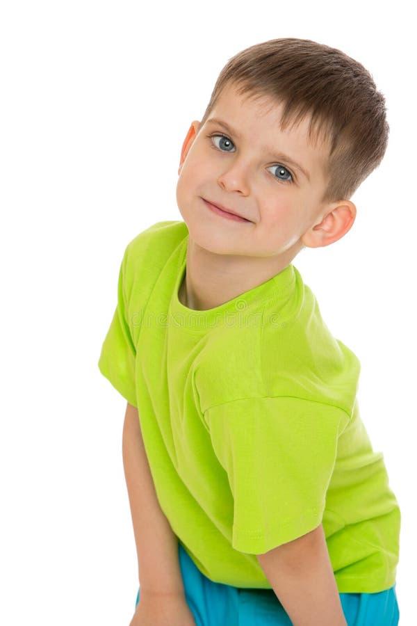 Портрет мальчика в зеленой футболке, конце-вверх стоковая фотография