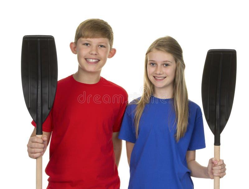 Портрет мальчика и девушки держа затвор каное стоковое изображение