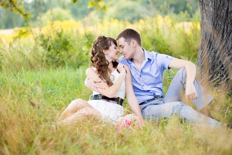Портрет мальчика и девушки сидя на траве стоковые фотографии rf