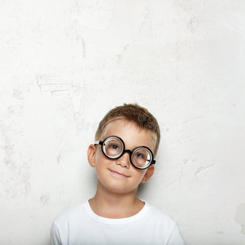 Портрет мальчика на бетоне стоковые фото