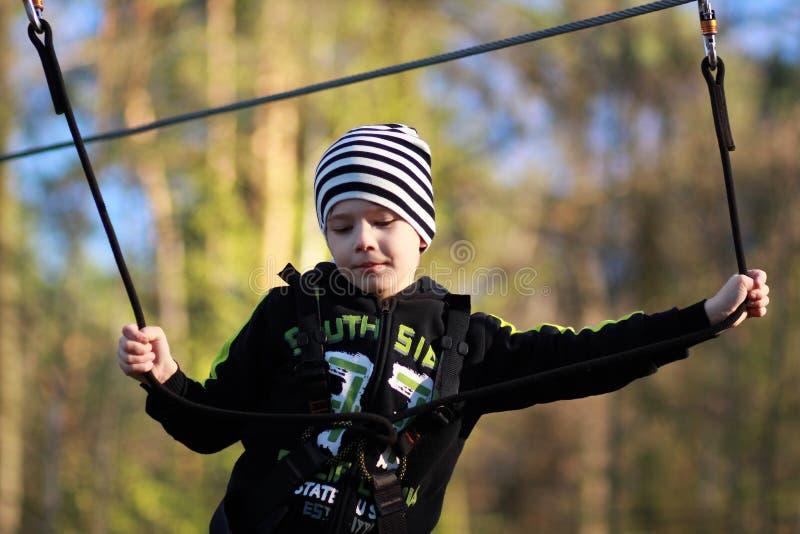 Портрет мальчика преодолевая препятствия стоковая фотография