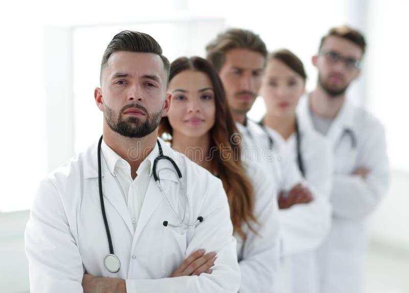 Портрет медицинской бригады стоя совместно стоковые фотографии rf
