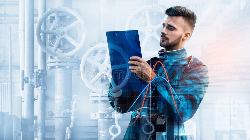 Портрет менеджера на предпосылке фабрики стоковые изображения rf