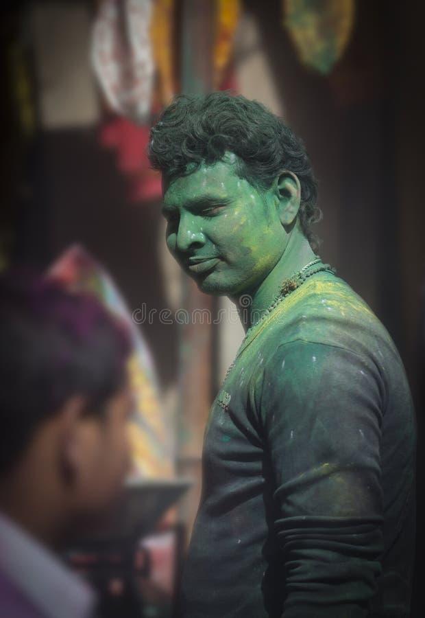 Портрет местного поставщика магазина на виске во время фестиваля Holi, Уттар-Прадеш Barsana, Индии стоковое изображение rf