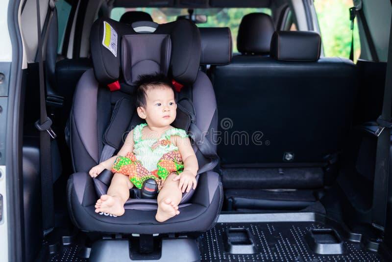 Портрет милого маленького ребенка младенца сидя в автокресле стоковые фотографии rf