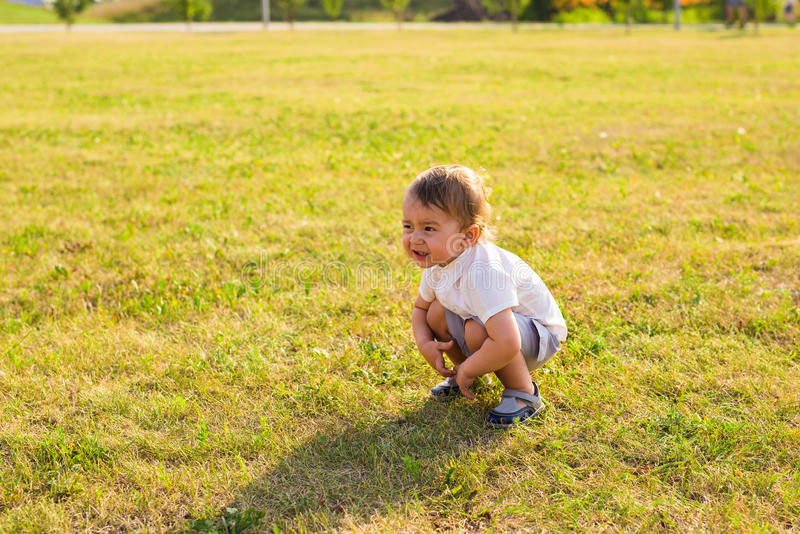 Портрет милого маленького ребёнка имея потеху снаружи Усмехаясь счастливый ребенок играя outdoors стоковое изображение rf