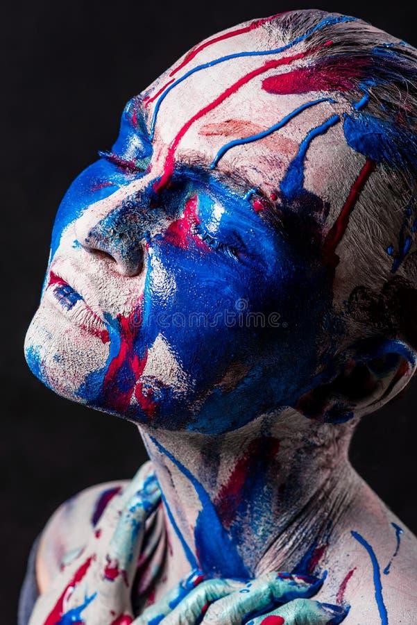 Портрет милой девушки с творческим составом искусства покрасил differe стоковая фотография