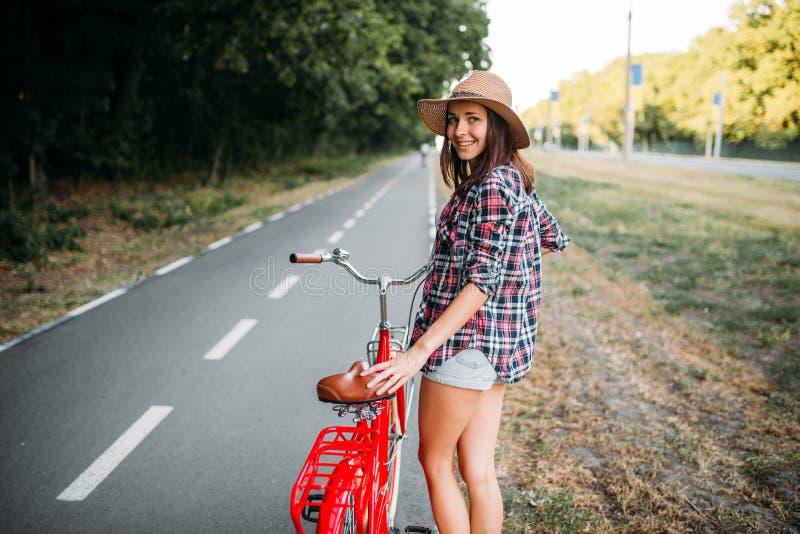 Портрет милой женщины с красным винтажным велосипедом стоковые изображения rf