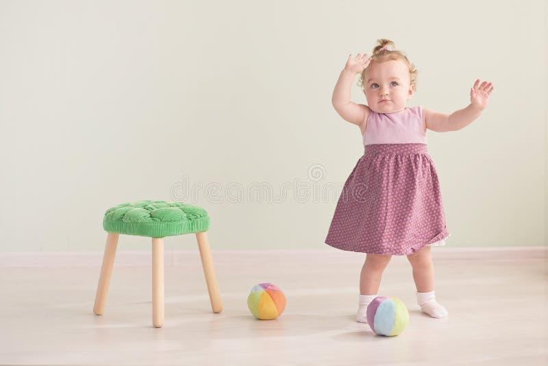 Портрет милой маленькой девочки в розовом платье стоковое фото