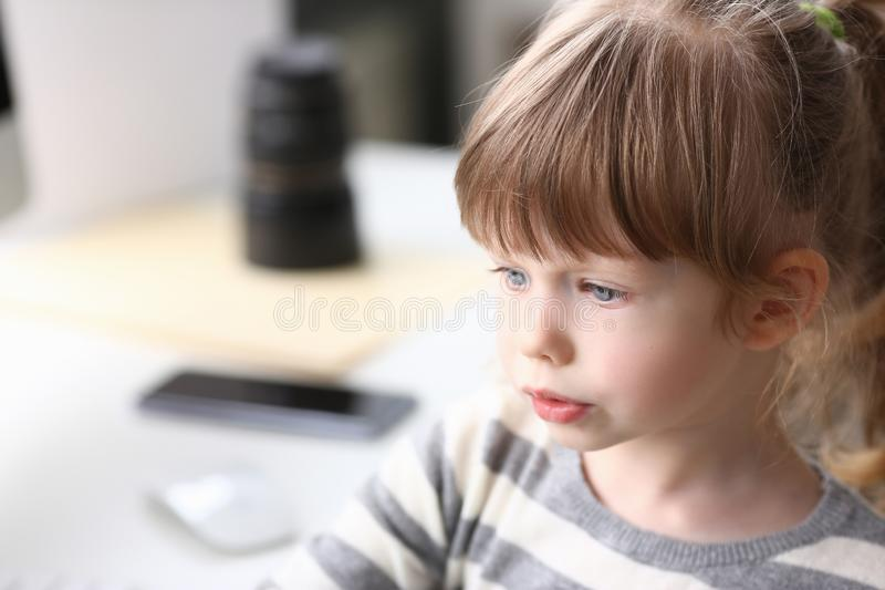 Портрет милой маленькой девочки думая о том, что-то стоковые изображения rf
