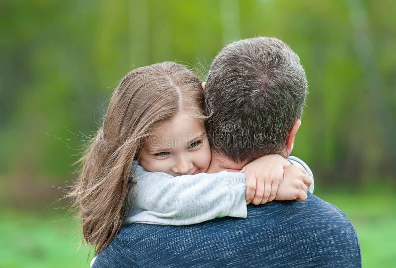 Портрет милой маленькой девочки, который держат в оружиях отца r Отец и его девушка ребенка дочери играя обнимать стоковые фотографии rf