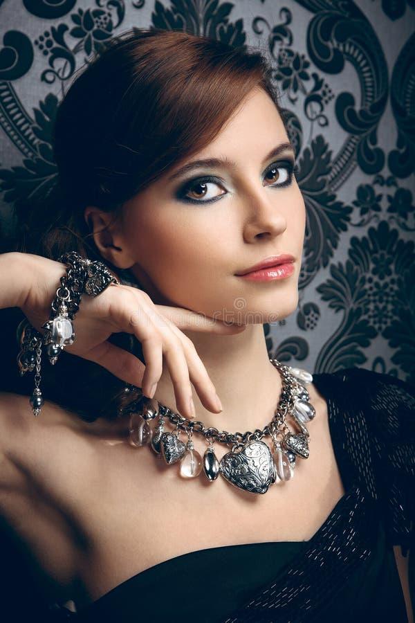 Портрет милой молодой женщины стоковое изображение rf