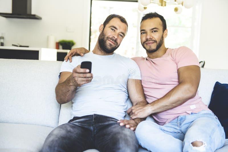 Портрет милой пары мужчин-геев дома стоковое фото