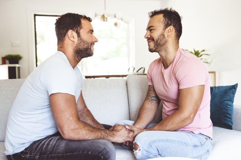 Портрет милой пары мужчин-геев дома стоковые фото