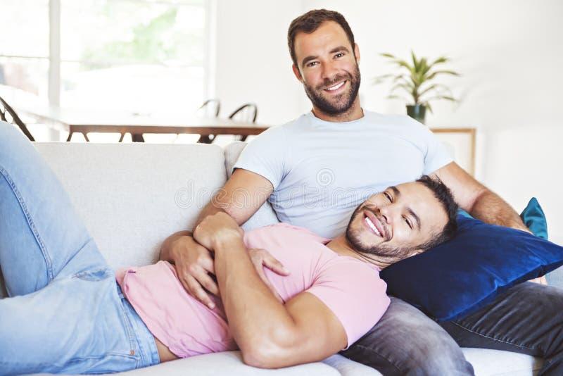 Портрет милой пары мужчин-геев дома стоковое изображение