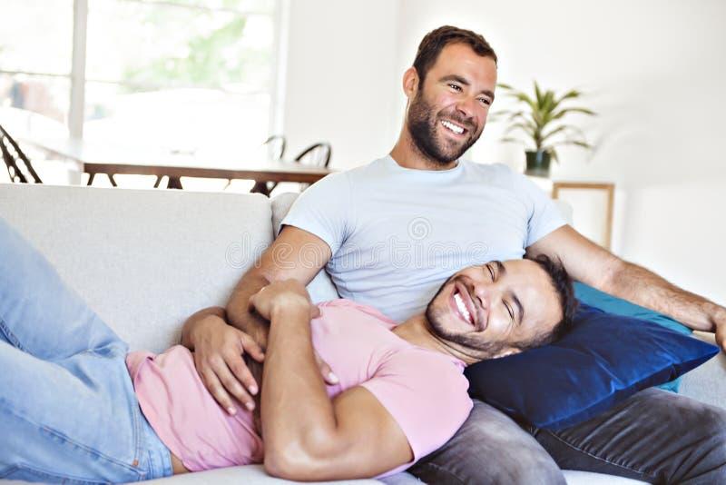 Портрет милой пары мужчин-геев дома стоковая фотография rf