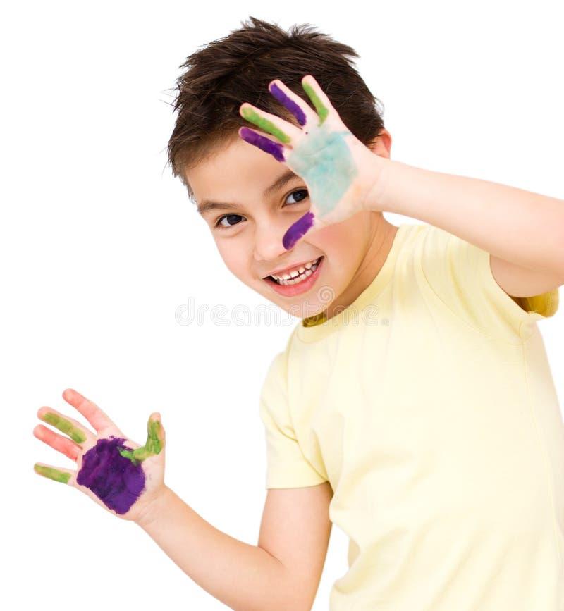 Download Портрет милого мальчика играя с красками Стоковое Фото - изображение насчитывающей цветасто, чертеж: 37925634