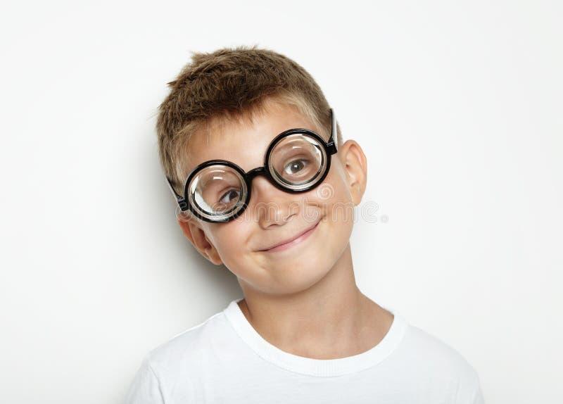 Портрет милого мальчика на белой стене стоковое фото rf