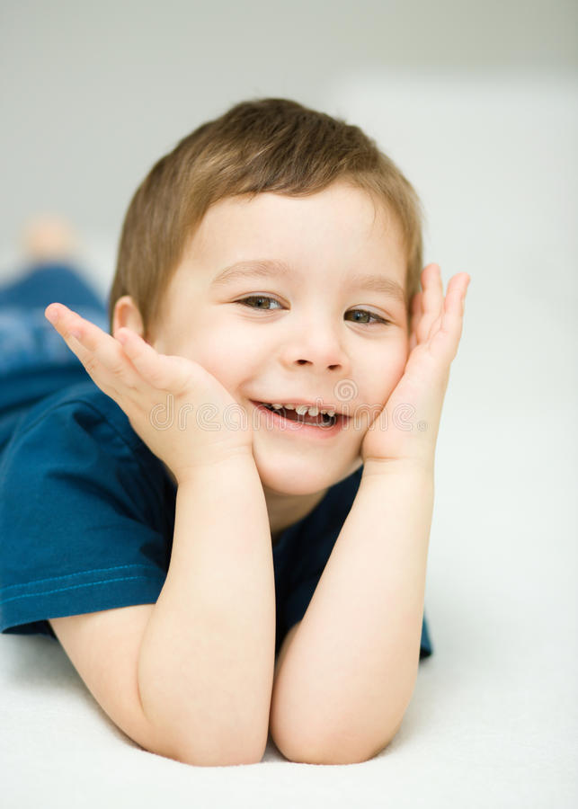 Портрет милого мальчика стоковые фотографии rf