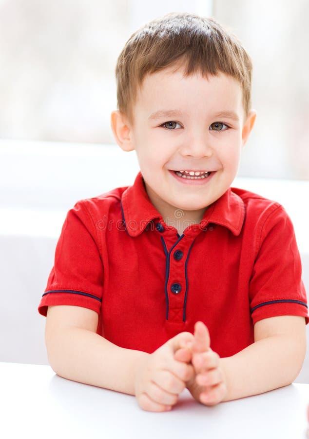 Портрет милого мальчика стоковое изображение rf