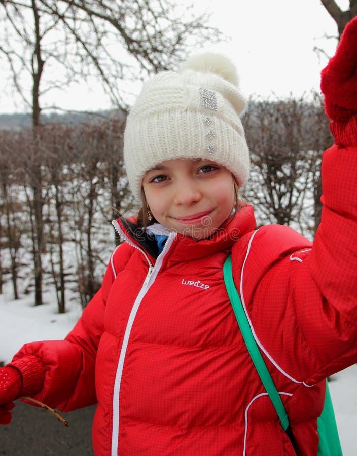 Download Портрет милой девушки в крышке и куртке Стоковое Фото - изображение насчитывающей красно, наслаждение: 37925624