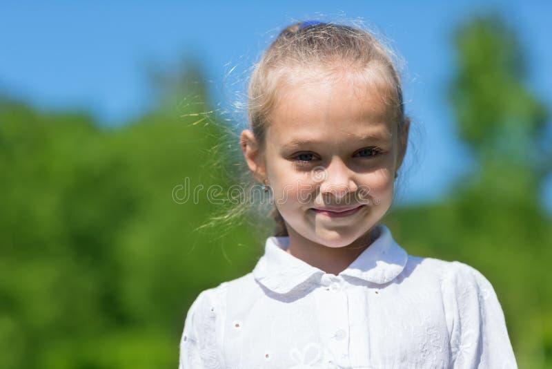 Портрет милой девушки в парке стоковое изображение