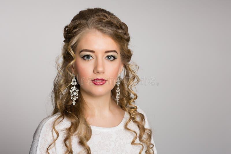 Портрет милой девушки с модным стилем причёсок стоковые фотографии rf