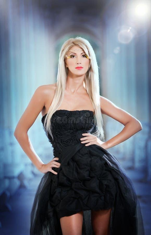 Портрет милой женщины стоя в черном шикарном платье outdoors стоковые фотографии rf