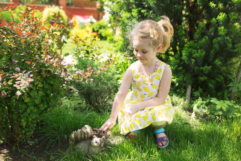 Портрет милой маленькой девочки в солнечном дне на зеленом natu стоковые фото
