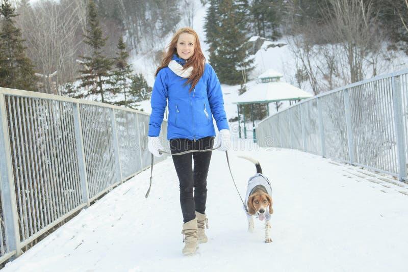 Портрет милой молодой женщины с ее собакой стоковая фотография