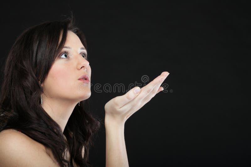 Download Портрет милой молодой женщины дуя поцелуй к Стоковое Изображение - изображение насчитывающей летание, утеха: 33734729