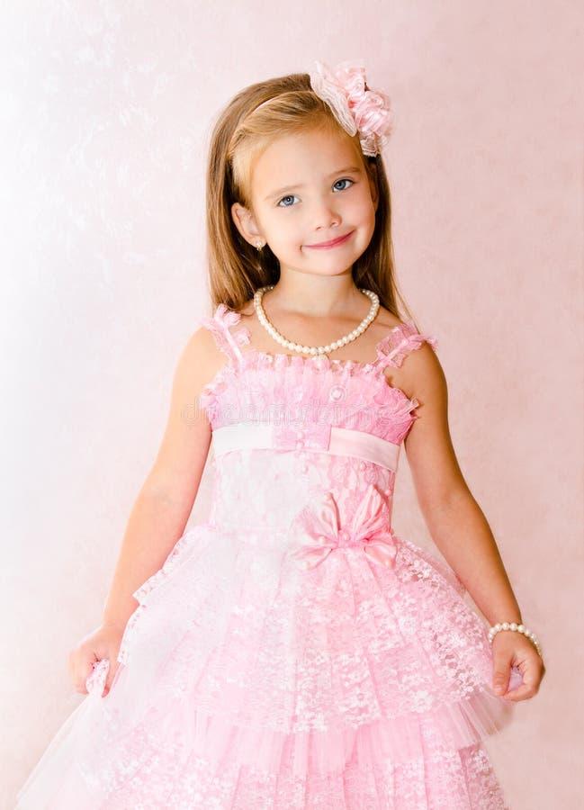 Download Портрет милой усмехаясь маленькой девочки в платье принцессы Стоковое Фото - изображение насчитывающей немного, кавказско: 33738894